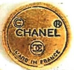 1970-е — начало 1980-х гг. CHANEL в круглой оправе, знак авторского права и защищенной марки, логотип двух перекрещивающихся СС и подпись MADE IN FRANCE