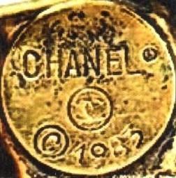 1980-е гг. CHANEL в круглой оправе, знак защищенной марки, логотип двух перекрещивающихся СС, знак авторского права и год выпуска