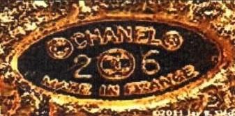 Конец 1980-х гг. CHANEL в овальной оправе, знак авторского права и защищенной марки, логотип двух перекрещивающихся СС и номер сезона, например, 26, а также подпись MADE IN FRANCE. Украшения промаркированы с 23 по 29 сезон включительно