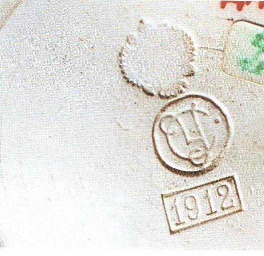 Иногда марка сопровождалась вдавленной в массе датой в прямоугольной рамке.