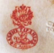 Печатная по бисквиту или надглазурная трех цветов: оранжевого, красного, темно-красного, в виде двуглавого орла с надписью «ФАБРИК ГАРДНЕРЪ въ Москве». Ставилась на изделиях после перехода фабрики к М.С. Кузнецову. 1870-1890гг.